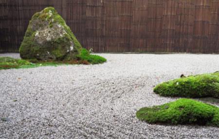 Время, когда многие растения начинают увядать, наступит быстрее, чем вы думаете. Но не падайте духом — у нас есть идея, как увековечить красоту вашего сада. Можно разбить на участке японский сад камней! (далее…)