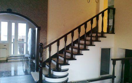 Мы профессионально изготавливаем деревянные лестницы. Обеспечиваем монтаж лестниц, обшивку металлокаркаса, бетонных лестниц. Индивидуальный подход к каждому клиенту, выезд на замер и консультация.Возможность просмотра готовых изделий и лестниц. Звоните!