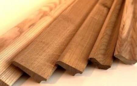 Плинтус деревянный Иллюстрация:remstroiblog.ru Плинтус деревянный является завершающим аккордом в напольных или потолочных отделочных работах. Этот материал служит своеобразной перегородкой между полом и стеной или потолком и стеной, и играет декоративную роль в оформлении помещения. Плинтуса, которые созданы из дерева, являются высококачественными, практичными и доступными по стоимости. Монтаж этого материала не требует особых навыков или умений, […]