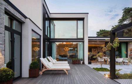Идеи дизайна современной террасы при загородном доме: 20 фотографий лучших проектов в разных стилях. Самые смелые и интересные решения для оформления частного дома (далее…)